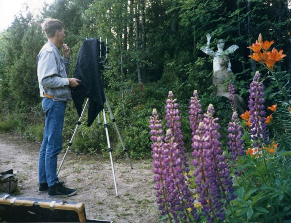 Veli Granö is working for his series Onnela, Paimio 1987 Photo: Sakari Sunila
